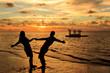 Casal ao nascer do Sol