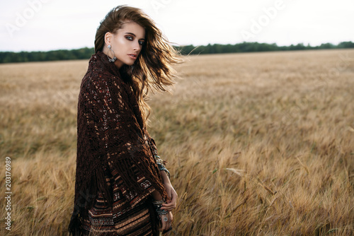 Poster Gypsy woman in the field