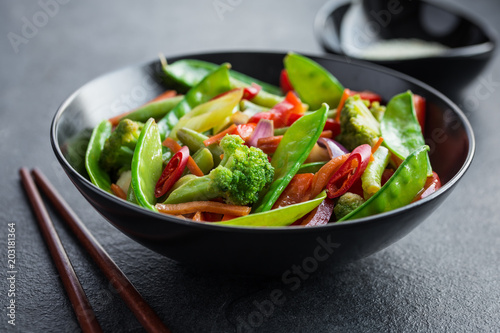 Photo  stir fry vegetables in black bowl