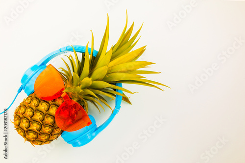 Poster Magasin de musique Fashion Hipster Pineapple on background, Bright Summer Color, Tropical Fruit with Sunglasses, Creative Art concept. Minimal style,Hot Beach Vibes. Fun Party Mood