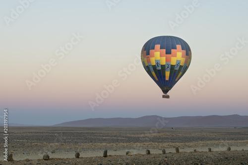 Heissluftballon über Dünenlandschaft von Sossusvlei (Namibia)