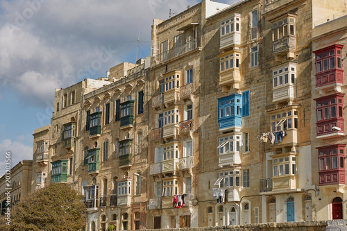 Staande foto Oude gebouw Typical and traditional colorful architecture and houses in Valletta in Malta