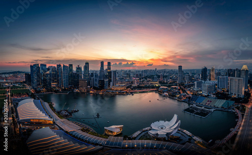 Photo  Singapore Skyline and view of skyscrapers on Marina Bay at sunset