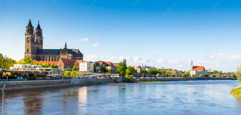 Fototapety, obrazy: Magdeburg an der Elbe mit Dom, Elbterassen und Johanniskirche im Frühling