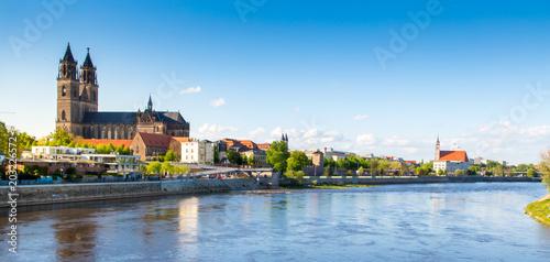 Foto auf Gartenposter Zentral-Europa Magdeburg an der Elbe mit Dom, Elbterassen und Johanniskirche im Frühling