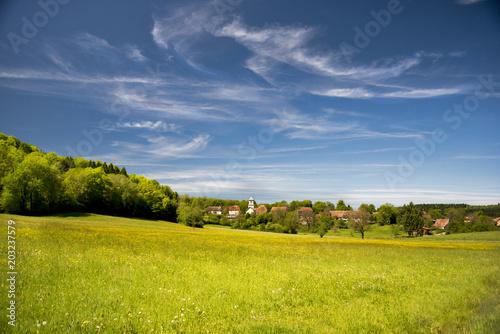 Fotografiet Petit village de campagne isolé dans la prairie