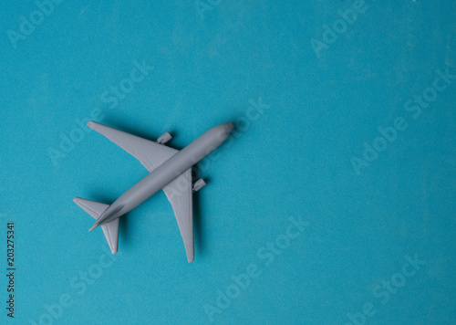 Türaufkleber Flugzeug Gray Miniature toy airplane on blue background