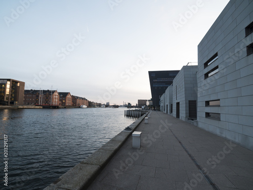 Photo Modern buildings along side the Copenhagen harbor canal with blue sky and quiet
