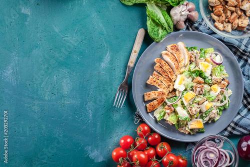 Fotografía  Healthy caesar salad with chicken, eggs and croutons