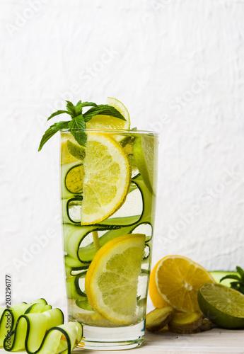 woda-z-mieta-i-cytryna-ogorka