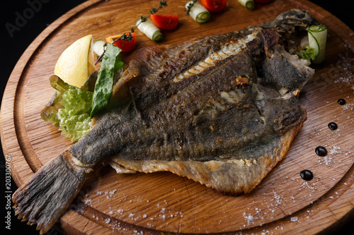 Fotografía Fish flounder with lemon and vegetables