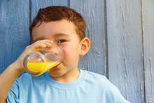 Kind Kleiner Junge Trinkt Oran...