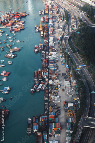 Poster Poort Aerial view on port in Hong Kong, picture split in halves