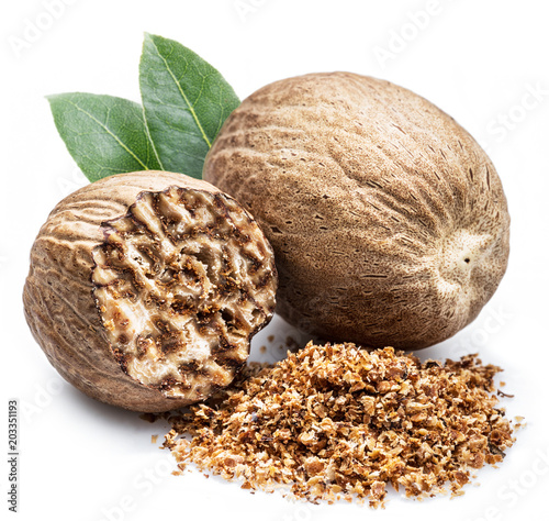 Foto op Canvas Kruiderij Dried seeds of fragrant nutmeg and grated nutmeg isolated on white background.