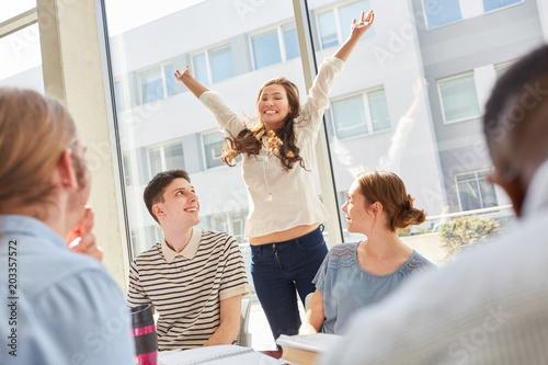 Foto  Studentin jubelt über bestandene Prüfung