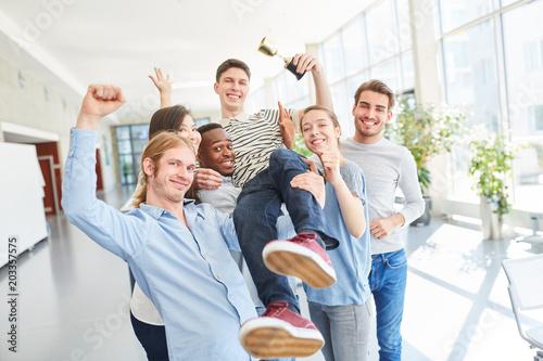 Foto  Studenten feiern jubelnd einen Erfolg