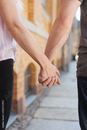 Poster de jardin Vache Couple walking along a street hand in hand