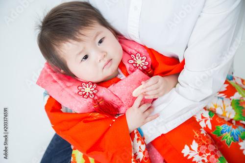 Fotografie, Obraz  初節句で母親に抱かれる赤ちゃん(不機嫌)