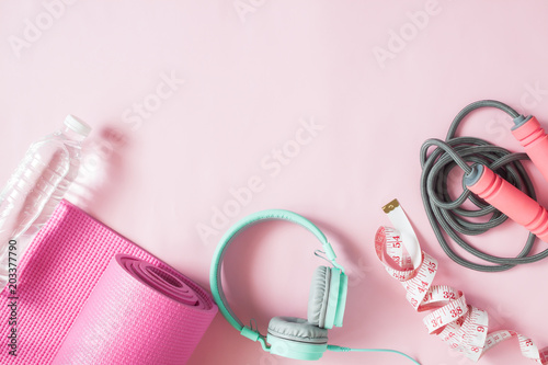 Fotografia  Healthy flat lay with sport and fitness equipments and mint color headphones on