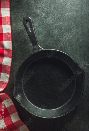 Fotografía  frying pan and napkin on black