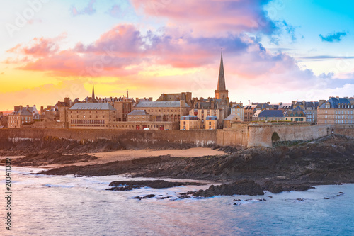 Photo sur Toile Lieu d Europe Beautiful view of walled city Saint-Malo with St Vincent Cathedral at sunrise at high tide. Saint-Maol is famous port city of Privateers is known as city corsaire, Brittany, France