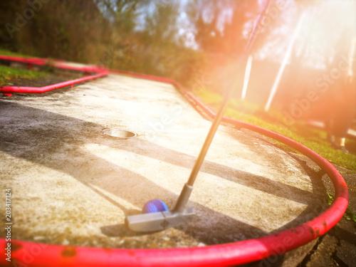Minigolf spielen im Sonnenlicht плакат