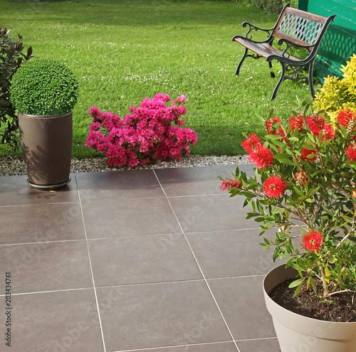 Terrasse fleurie d'un jardin