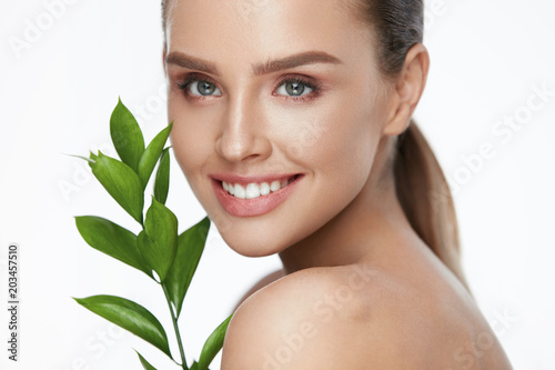 Fotografía  Natural Cosmetics For Skin. Beautiful Woman With Healthy Skin