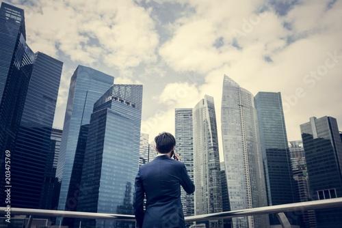 Pinturas sobre lienzo  Asian businessman in a city