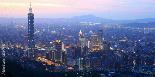 Papiers peints Paris Aerial panorama of busy Taipei City at dusk, with a view of Taipei buildings in downtown area and Tamsui River and distant mountains in the background ~ A Blue and Gloomy evening scenery of Taipei