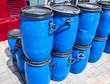 Blaue Plastikfässer in der Schifffahrt