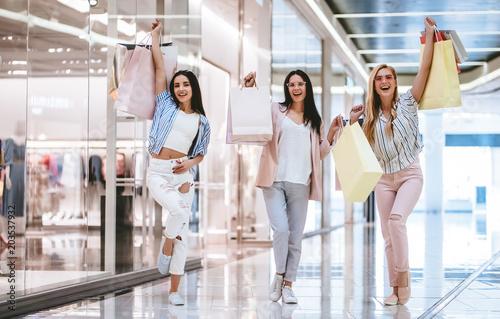 Fotografía  Girls at shopping center