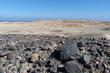 Wüste in Ägypten mit Rotem Meer im Hintergrund.