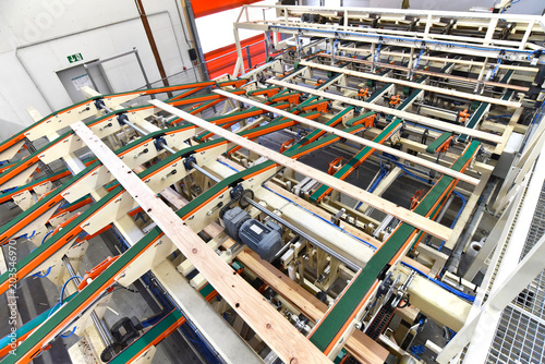 Produktion von Holzbrettern im modernen Sägewerk - moderne