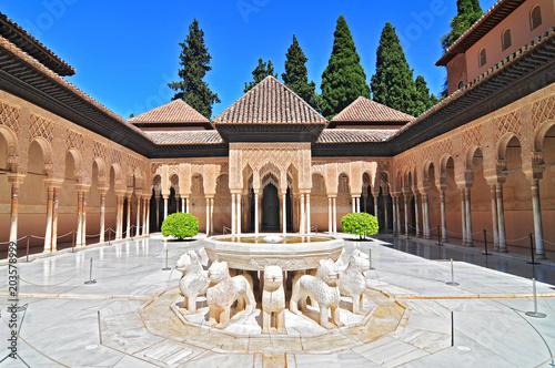 Photo Patio de los Leones (Patio of the Lions) in the Palacios Nazaries, The Alhambra, Granada, Andalucia, Spain