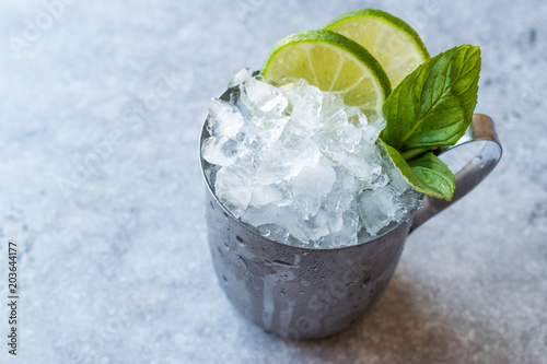 Moscow Mule Cocktail with Lime, Mint Leaves and Crushed Ice in Metal Cup Canvas-taulu