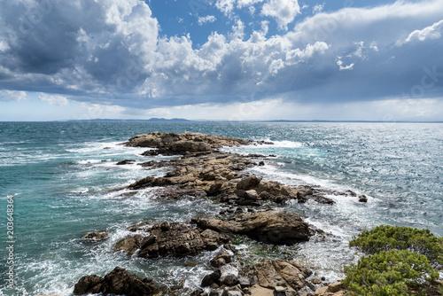 Deurstickers Kust Mar y cielo con nubes en Paisaje de la Costa Brava en Roses, Alt Empordà,España