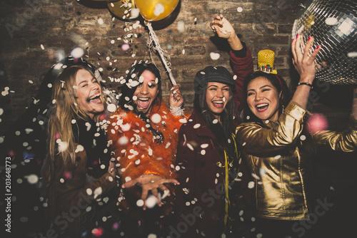 Pinturas sobre lienzo  Group of girls celebrating and having fun the club