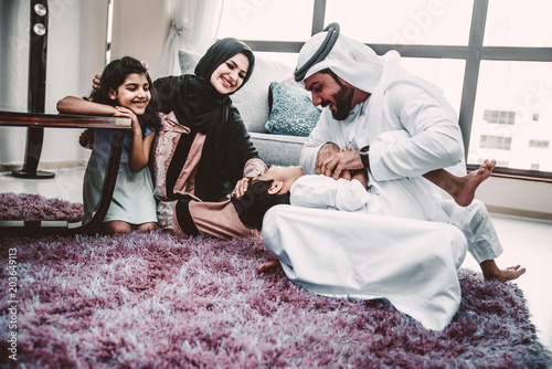 Fototapeta premium Arabskie szczęśliwe rodzinne chwile życia w domu