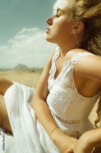 sexy blond pretty girl blinded by sun in desert of Egypt Canvas-taulu