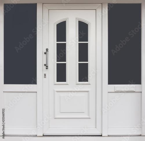 Moderner Hauseingang aus PVC mit Haustür und Fenstern - Modern PVC entrance with Wallpaper Mural