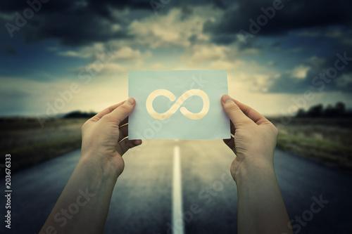 Fotomural holding infinite sign
