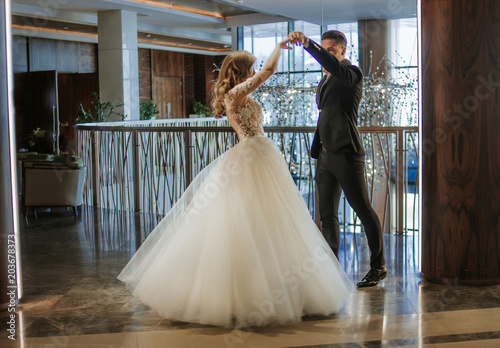 Fotografia A young couple is dancing at a ball