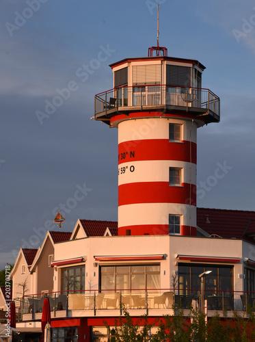 Foto op Aluminium Vuurtoren Leuchtturm am Geiersberger See im warmen Abendlicht