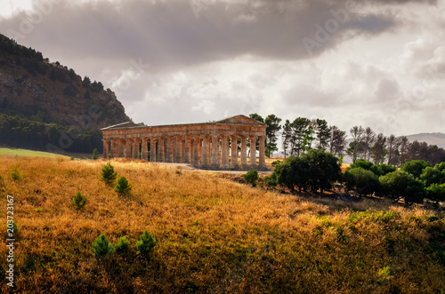 Photo  Scenic view of ancient temple in Segesta at sunset, Sicily