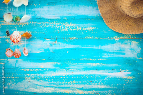 Stampa su Tela  Beach background - starfish, shells, coral on wood table in blue sea color background