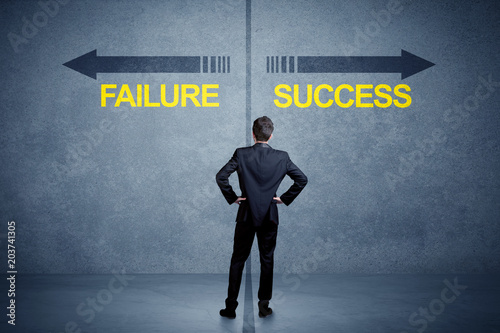 Fotomural Businessman standing in front of success and failure arrow concept on grungy bac