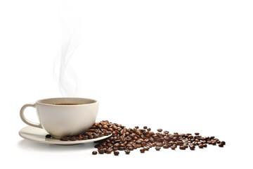 Filiżanka kawy z dymem i kawowymi fasolami odizolowywać na bielu