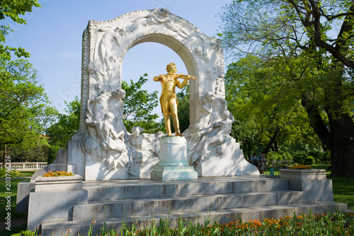 Staande foto Historisch mon. The Golden Monument of Johann Strauss in the City Park, Vienna