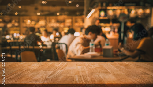Photo sur Aluminium Restaurant Wood table top with blur of people in coffee shop or (cafe,restaurant )background